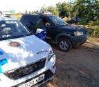 Vehicles del servei de guarda rural i la Policia Local de Constantí en un camp d'avellanes.