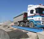 Vn camió de l'empresa Vivanco Hernández damunt una balança de la planta mòbil ubicada a Botarell.