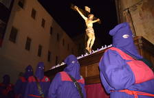 Els joves porten el Sant Crist usant una peanya per tota la Part Alta