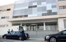 Imagen general de la fachada del Hospital Virgen de la Cinta de Tortosa, con varios agentes de los Mossos D'Esquadra en la puerta, el 21 de marzo de 2016