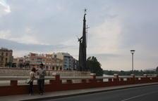 Una parella es fotografia davant del monument franquista de Tortosa el dia de la consulta, el 28 de maig de 2016