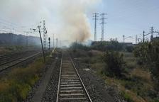 Un incendio en unas cañas cerca de las vías causa retrasos de media hora a Rodalies