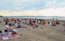Practicar ioga a la platja, una manera diferent de començar el dia