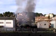 L'incendi ha provocat una densa columna de fum visible des de diverses parts del municipi.