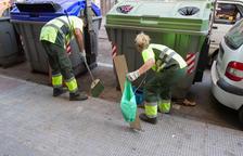 Una imatge d'arxiu de treballadors de la neteja viària, realitzant feines al carrer Rocamora de Reus.
