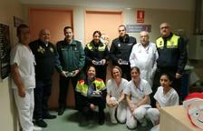 Imatge de la visita dels cossos policials a l'Hospital del Vendrell