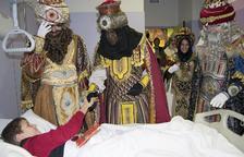 Ses Majestats van repartir regals entre els infants de l'hospital.