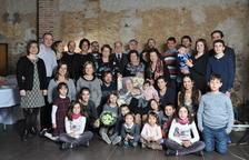 Teresa Rovellat i Fusté, al centre de la imatge, amb la descendència dels seus tres fills.