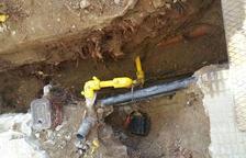Les arrels de les acàcies han afectat el cablejat elèctric en el subsòl de la urbanització.