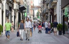 Imatge d'arxiu de vianants al carrer de Monterols.