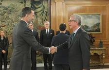 El rei rebent a l'alcalde de Tarragona, Josep Fèlix Ballesteros.