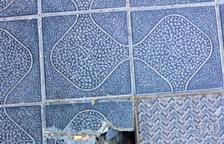 Imatge de la rajola trencada al carrer Vidal i Barraquer.