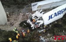 Els Bombers han treballat en les tasques d'excarceració del conductor del camió.