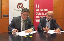 El rector de la Universitat Rovira i Virgili (URV), Josep Antón Ferré, i el director general de l'Institut de Recerca i Tecnologia Agroalimentàries (IRTA), Josep Monfort, signant el nou conveni. Imatge del 14 de febrer de 2017 (horitzontal)