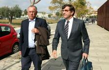 El delegat d'Oproler a Catalunya i l'exalcalde d'Anglès, Josep Manel Bassols, a l'exterior dels jutjats del Vendrell amb el seu advocat, Carles Monguilod.