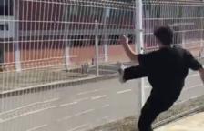 Un conegut skater destrossa la tanca del pavelló municipal de Calafell i ho comparteix a Ia xarxa