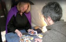 La tarotista Pepi Cervera adivinando el futuro con las cartas en la pasada edición de la feria.