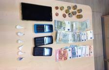 La Policia Municipal va intervenir al detingut cocaïna, diversos telèfons mòbil i diners en efectiu.