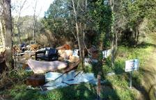El vertedero, lleno de desperdicios y muebles, se encuentra junto a un canal de acequia.