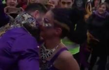 El momento después de la petición de matrimonio, con la pareja abrazados.
