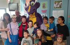 Los niños pudieron abrazar el Drac Artcai y jugar con él.