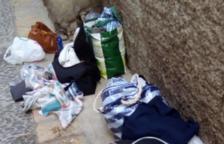A l'interior del domicili s'han trobat maletes amb roba, menjar i alguns mobles, com sofàs.