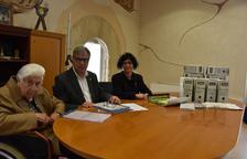 Maria Rosa Wennberg aporta documentació a l'Ajuntament de Torredembarra