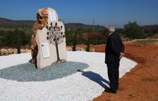 L'alcalde de Freginals, davant el monolit en record a les víctimes.