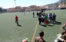 Batalla campal entre pares en un partit infantil de futbol