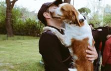 Un agente cogiendo un perro en brazos.