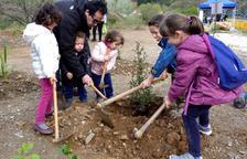 Medio millar de habitantes celebran la fiesta del árbol estrenando la ampliación del camino del Rec
