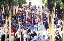 L'arquebisbe beneeix palmes i rams de llorer, al carrer de les Coques