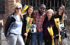 El Sant Jordi dominical llena la Rambla Nueva de compradores de rosas y de libros
