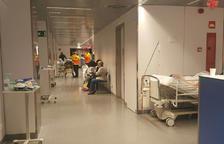 Imatge d'arxiu dels passadissos de l'Hospital Joan XXIII plens de pacients.