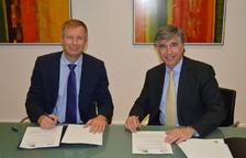 Andrea Firenze i Pedro Rebull signen l'acord entre les dues parts.