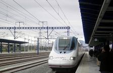 Un tren AVE en el andén de la estación del Camp de Tarragona.