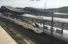 Un tren de alta velocidad llegando a la Estación del Camp de Tarragona.