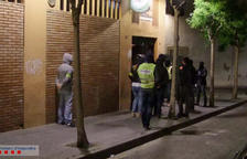 Els agents van detenir els tres homes en un registre a un bar del carrer Sant Magí, on es van localitzar una arma blanca de grans dimensions i substàncies estupefaents.