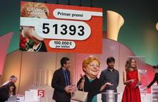Imagen del sorteo de la Grossa de Sant Jordi, que se ha celebrado en el Teatre de Blanes este 27 de abril.