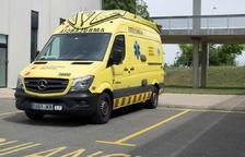 Una ambulancia de Apoyo Vital Adelantado (SVA) aparcada en la base asistencial del SEM en el Hospital de Sant Joan de Reus