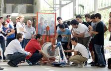Imatge d'arxiu d'estudiants d'enginyeria de la URV durant un concurs de vehicles eòlics.