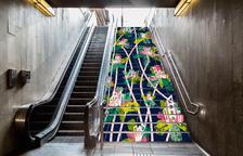 La ilustración de una alumna de la Escuela de Arte y Diseño de la Diputación luce en las escaleras del metro de Barcelona