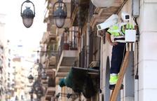 Un operari treballaba el dilluns en tres càmeres a la cruilla d'Apodaca amb la plaça dels Carros.