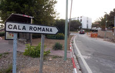 Imatge de l'accés a la urbanització Cala Romana.