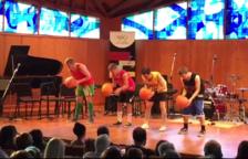 Joves músics vendrellencs converteixen pilotes de bàsquet en instruments musicals