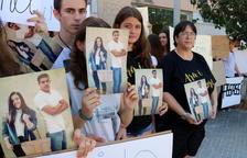 Plano detalle de los concentrados ante los juzgados de Amposta, con pancartas reclamando justicia por la muerte de los jóvenes.