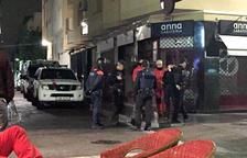 Control policial en la calle Monturiol de Calafel, origen del conflicto por los ruidos.