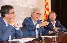 L'alcalde de Tarragona, Josep Fèlix Ballesteros, molt indignat, acompanyat dels regidors José Luis Martín i Pau Pérez, en roda de premsa, el 19 de juliol del 2017