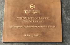 Imatge de la placa d'inauguració del Mercat Central corregida.
