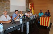 Plan Plano general de los miembros del equipo de gobierno de Batea, con el alcalde, Joaquim Paladella, segundo por la izquierda. Imagen del 25 de julio de 2017